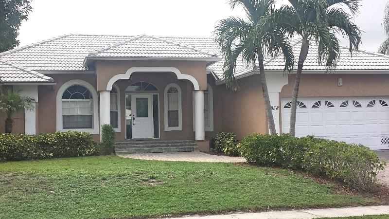 Remodeled Apataki Ct Waterfront home with pool - Image 1 - Marco Island - rentals