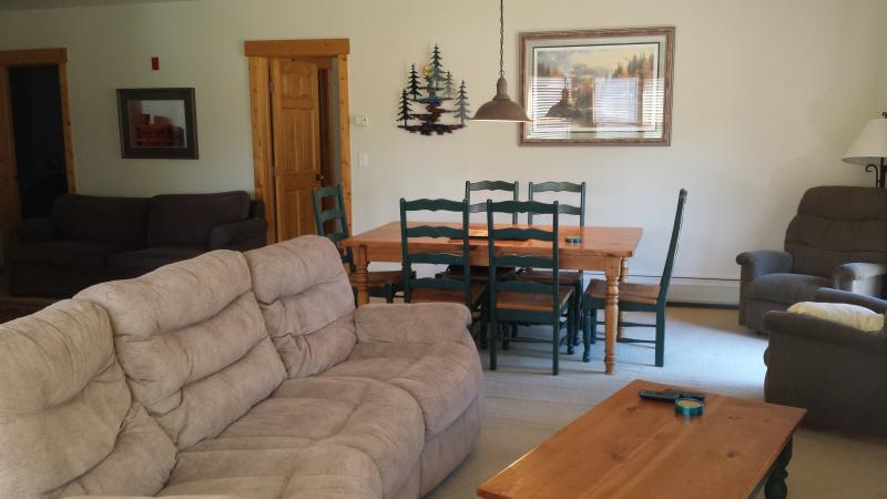 Dining Table - Kincaid Art - Luxury 3 bedroom, walk to lift - Keystone - rentals