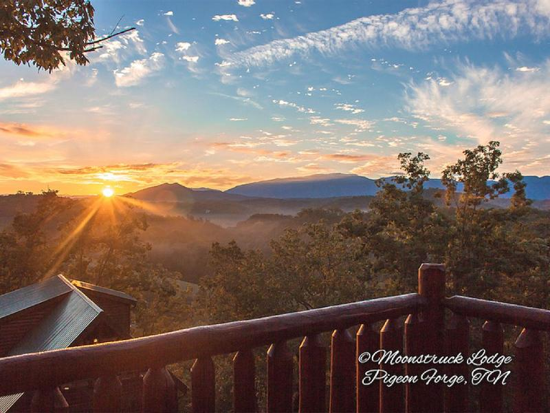 Daybreak at Moonstrucklodge! - Luxury 5/3 Log Cabin W/HD Theater/Arcade/Fast Wifi/Smart TVs/Mountain Views - Pigeon Forge - rentals