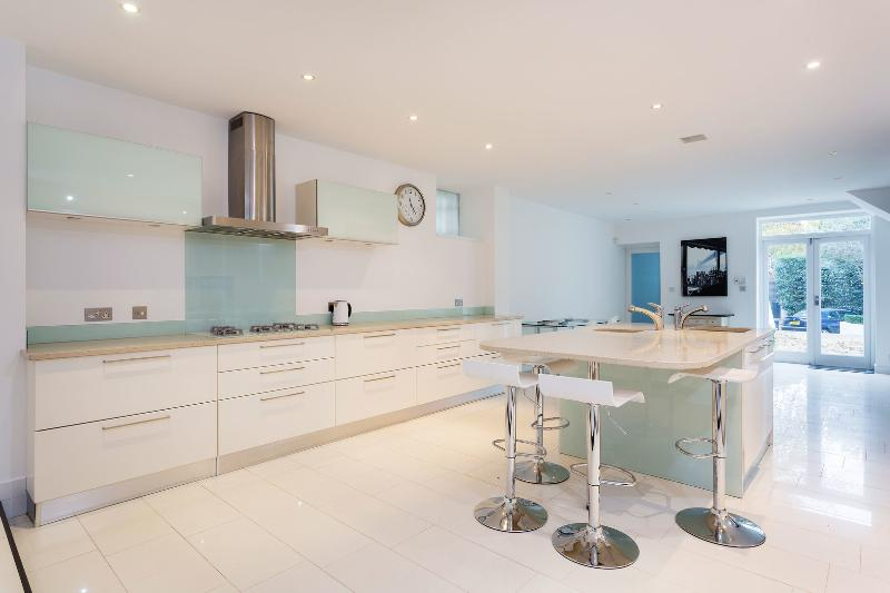 A majestic four-bedroom house in the highly desirable area of Notting Hill. - Image 1 - London - rentals