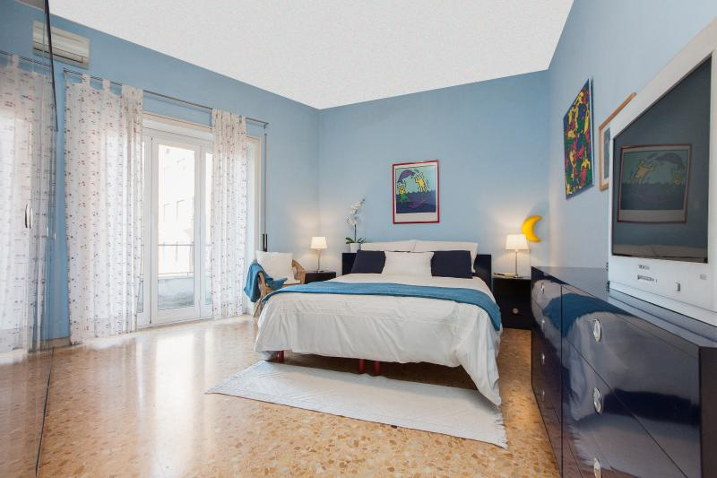 bedroom with king size bed, wardrobe, bedside tables, night lamps, dresser and chair - Vatican Apartment -  freeWIFI,TV SAT,AC,metro 250m - Rome - rentals