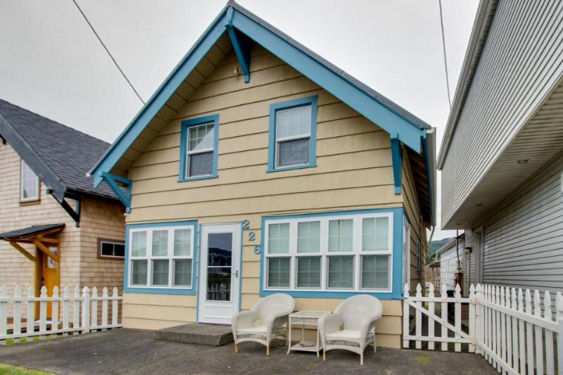 Peaceful, cozy home in the heart of town w/ entertainment & easy beach access - Image 1 - Rockaway Beach - rentals
