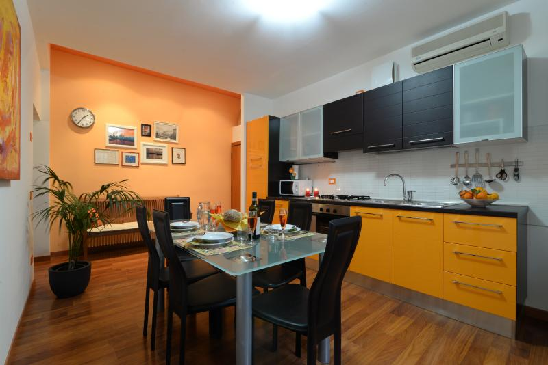 Beautiful apt ARANCIO next to Piazza delle Erbe and the daily market - Image 1 - Padua - rentals