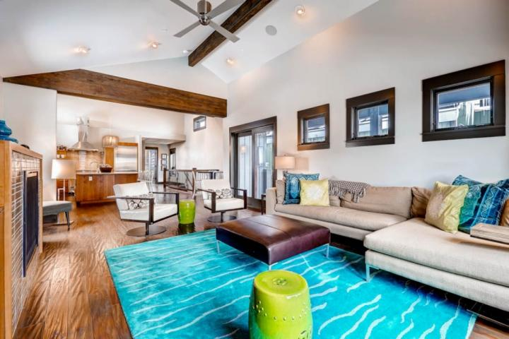 Newly renovated, modern ski home by Main Street Park City; living / family room with custom fireplace, spacious seating, hardwood floors & decor. - Modern Ski Home - Park City - rentals