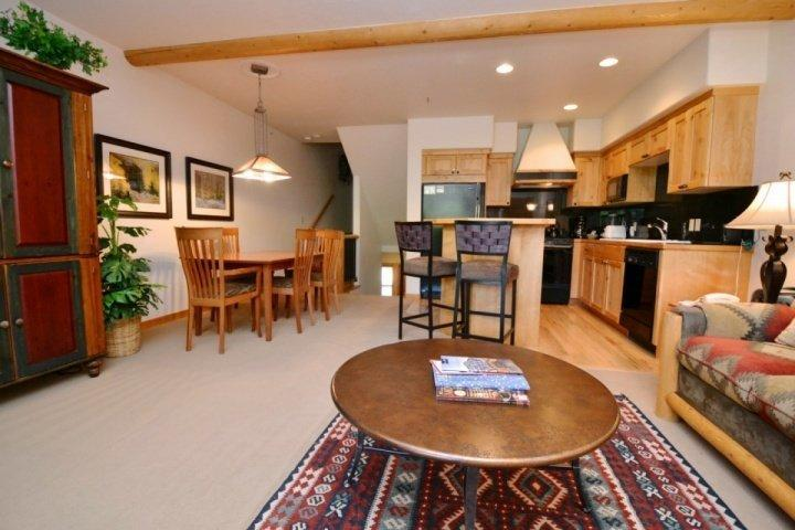 Spacious 2 Bedroom, 2 Bathroom multi-level condo with custom finishings, vaulted ceilings and private Jacuzzi hot tub. - Deer Valley Foxglove - Park City - rentals