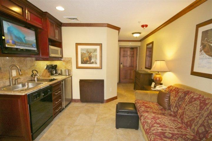 A bright Westgate condo, for up to 4 guests, offers a master suite, steam shower and gourmet kitchenette. Queen size sleeper sofa in living area. - Westgate Studio Cascade - Park City - rentals