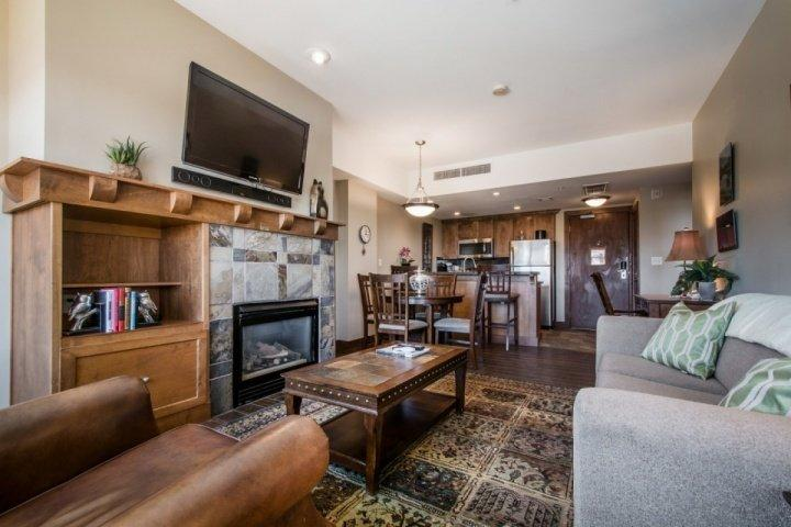 "The living room is comfortably equipped with a large plush couch, fireplace, a Samsung 39"" HDTV, Toshiba Surround Sound System & Blu-Ray player. - Sundial 1 Bedroom Mountain Suite - Park City - rentals"