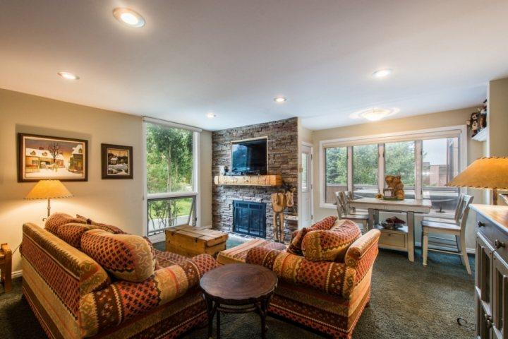 Our comfortable and inviting mountain condo has an open floor plan, 2 bedrooms 2 bathrooms, a private Jacuzzi hot tub on our secluded deck and Wi-Fi. - Three Kings Two Bedroom - Park City - rentals