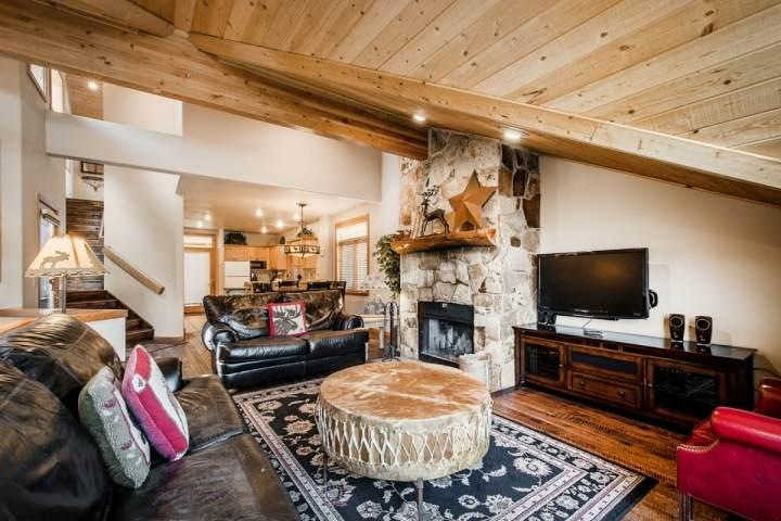 The split-level design offers visitors 3 spacious bedrooms, 3 full bathrooms, an open gourmet kitchen and private deck with a six-person hot tub. - Mountainside Park City Liberty 1178 Lowell Avenue - Park City - rentals