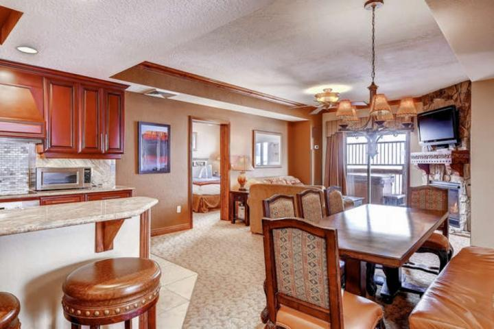 Gourmet kitchen with stainless steel appliances, granite counters, breakfast bar and seating; dining room easily seats eight (8); open concept living. - Westgate 4 Bedroom Snow Meadow - Park City - rentals