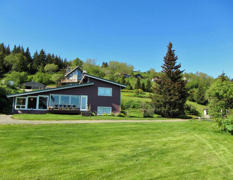 Large yard provides many spots to enjoy the gardens and the view - Above the Bay - Homer - rentals
