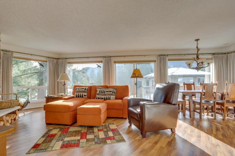 Stylish mountain condo w/on-site golf & private balcony! - Image 1 - Welches - rentals