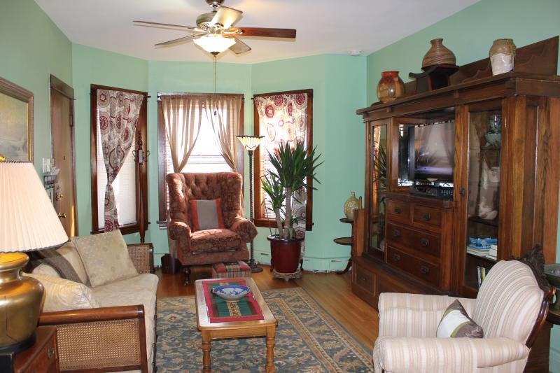 Living room area. - VINTAGE 4-BR IN LINCOLN SQUARE EASILY SLEEPS 8 - Chicago - rentals