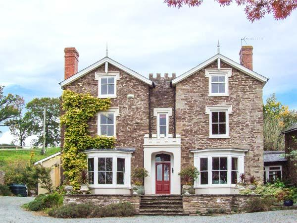 WHEEL BARROW CASTLE, detached, pet-friendly, enclosed garden, woodburning stove, WiFi, Leominster, Ref 904281 - Image 1 - Leominster - rentals