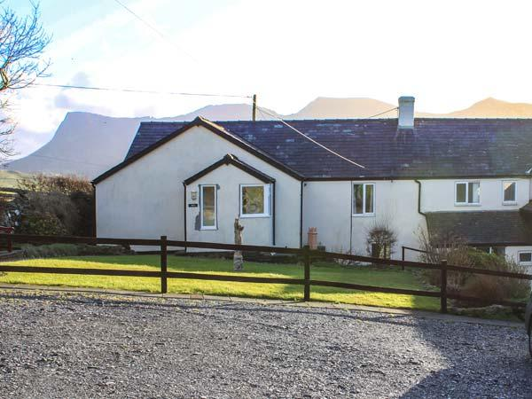 MATH COTTAGE, all ground floor, WiFi, enclosed patio, mountain views, near Penygroes, Caernarfon, Ref 926330 - Image 1 - Caernarfon - rentals