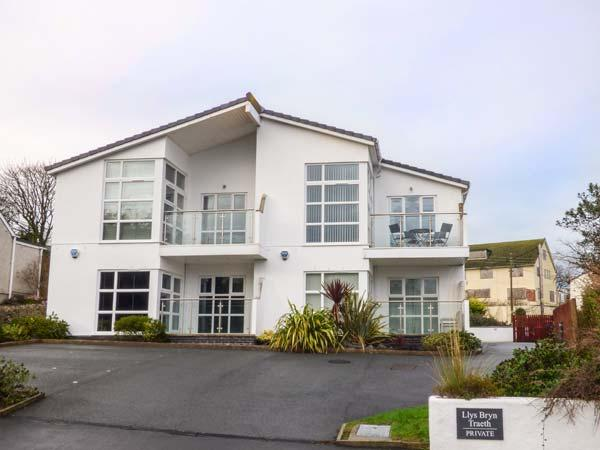 THE SHUGGIES, first floor apartment, balcony, pet-friendly, close to beach, in Benllech, Ref 931242 - Image 1 - Benllech - rentals