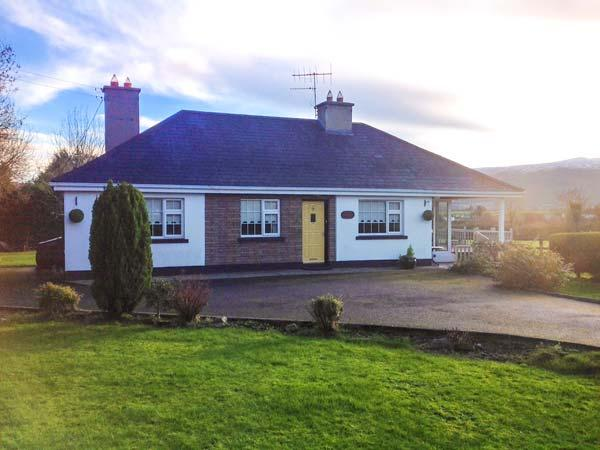 WOOD VIEW, pet-friendly, Sky TV, open fire, beautiful mountain views, lovely gardens, Bansha, Ref. 916410 - Image 1 - Kilshane - rentals