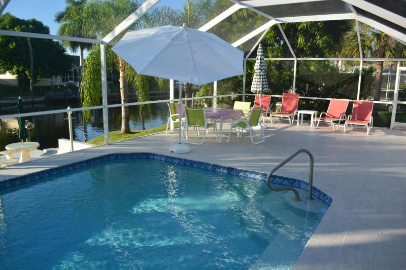 Poolarea from south - Excellent furnished vacation home on waterfront wi - Cape Coral - rentals