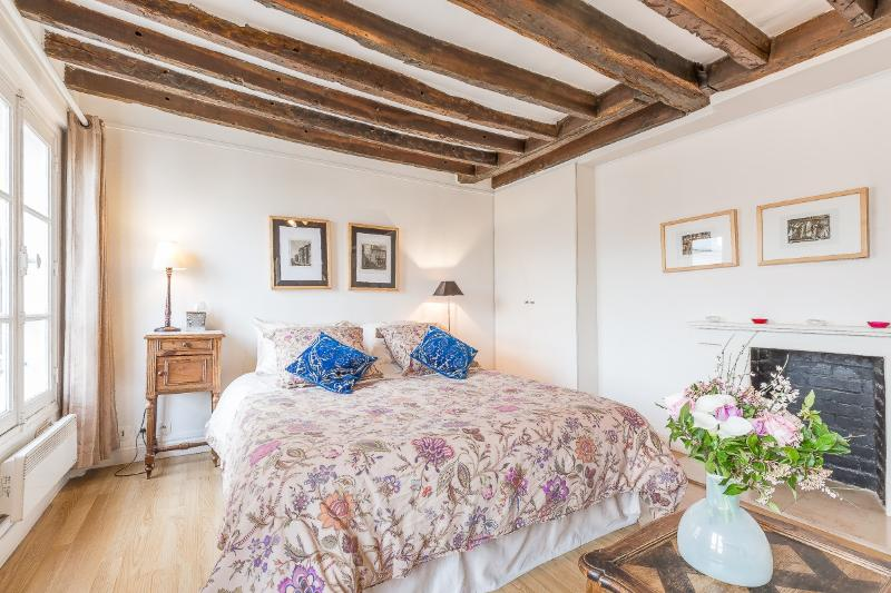 European queen size bed - Le Charles V - Rooftop studio in the Marais - Paris - rentals