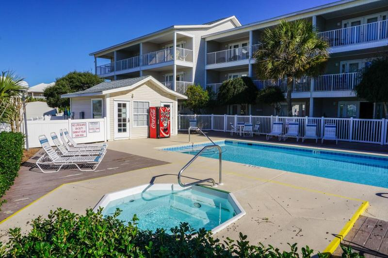 Enjoy The amenities, Grills, Hot Tub, and Pool. Also Right Across The Street From the Gulf. - Summerspell 306 * Book 7 nights Sat to Sat between March 1 - 31 for $995 TOTAL - Destin - rentals