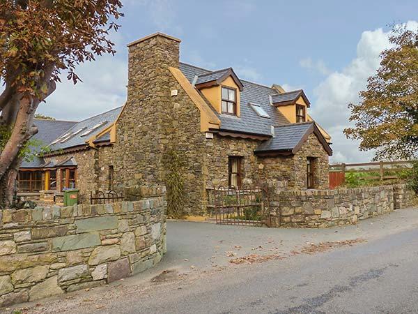 BRIDGE VIEW, woodburner, private patio, WiFi, Beaufort Ref 930108 - Image 1 - Beaufort - rentals