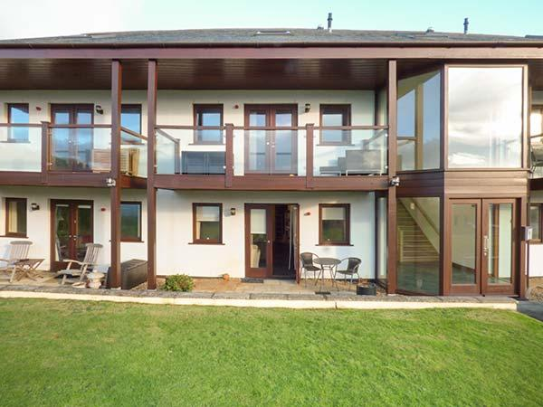 WHITE LODGE APARTMENT luxurious, open plan, sea views, beach nearby, ground floor in Mawgan Porth Ref 932216 - Image 1 - Mawgan Porth - rentals