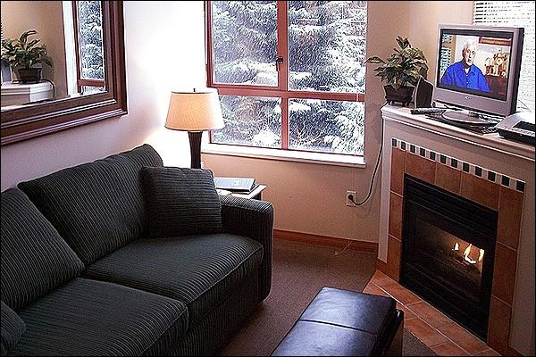 Living Area with Gas Fireplace - Shared Outdoor Hot Tub and Pool - Gas Fireplace (4002) - Whistler - rentals