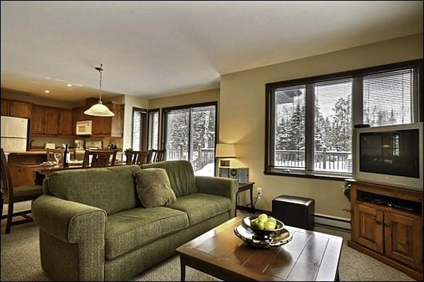 Welcoming Furnishings and Decor Throughout - Gorgeous Views from the Private Balcony - Inviting Furnishings and Decor (6002) - Mont-tremblant - rentals