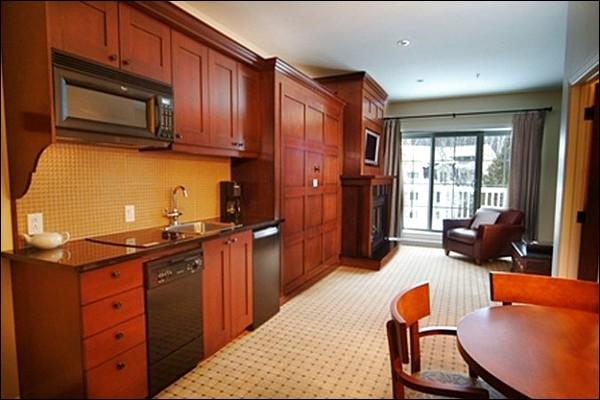 Lovely Kitchenette and Dining Area - 25 Minute Walk into Village - Warm Atmosphere and Tasteful Decor (6030) - Mont Tremblant - rentals