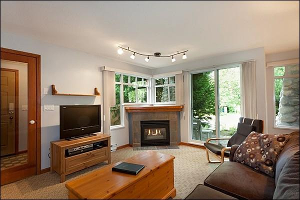 Bright and Spacious Living Room with Flat Screen TV and Gas Fireplace - Short Walk to Whistler Conference Centre - Close to Marketplace Mall (4059) - Whistler - rentals