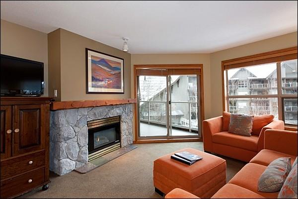 Modern & Updated Living Area with Flat Screen TV, Gas Fireplace & Private Balcony Access - Short Walk to Blackcomb Base - Year Round On-Site Outdoor Pool & Hot Tub (4072) - Whistler - rentals