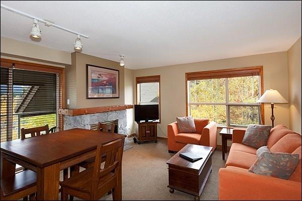 Beautifully Updated Living Room - Year Round On-Site Outdoor Pool & Hot Tub - Walking Distance to Blackcomb Base (4073) - Whistler - rentals