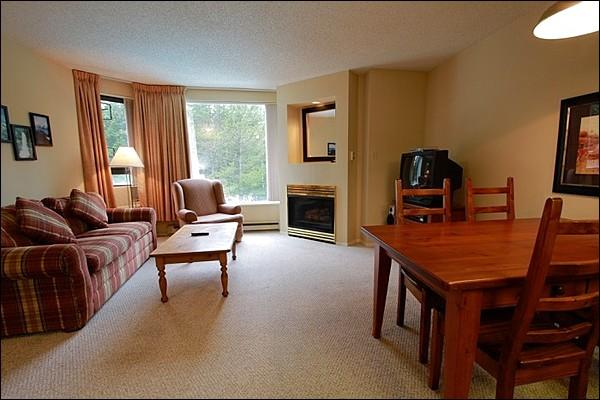 Modern and Comfortable Living Space with Gas Fireplace and TV - Fantastic Blackcomb Benchlands Location - Year Round Heated Outdoor Swimming Pool (4078) - Whistler - rentals