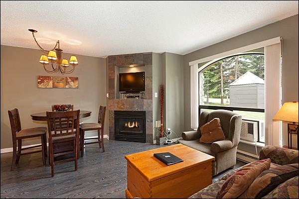 Beautiful and Modern Living Room with Flat Screen TV, Gas Fireplace & Hardwood Floors - Slopeside on Beautiful Blackcomb Mountain - Year Round Heated Pool & Hot Tub (4077) - Whistler - rentals
