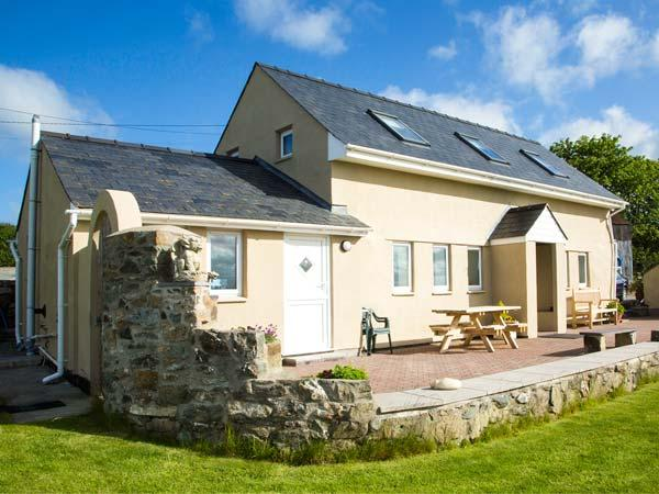 FFERMDY BACH, family-friendly, woodburner, countryside and sea views, Malltraeth, Ref 23048 - Image 1 - Malltraeth - rentals