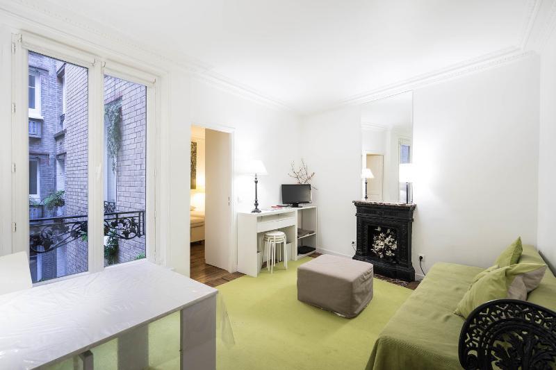 Living Room - Chic 1 Bedroom Apartment on the 2nd Floor in Paris - Paris - rentals