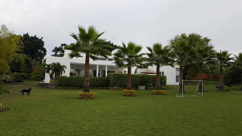 Vista frontal de la casa - Kokopelli : Casa de Lujo para renta en Cuernavaca - Cuernavaca - rentals