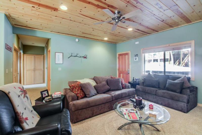 Classic cabin-style condo w/ shared hot, pool, & more - close to ski and beach! - Image 1 - Truckee - rentals