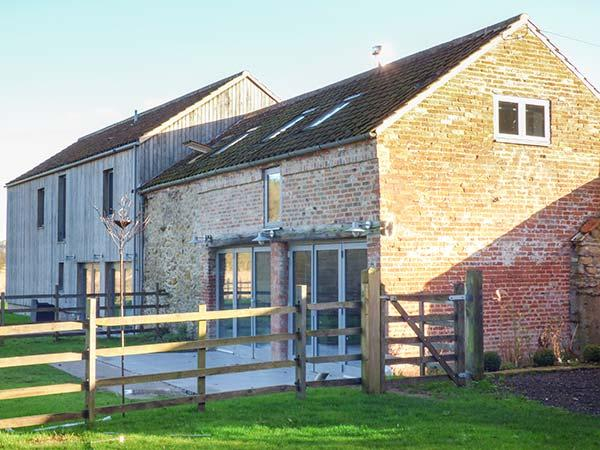 CHESTNUT COTTAGE AT BLUEBELL GLADE, hot tub, WiFi, woodburner, pet-friendly, private garden, nr Market Rasen, Ref 20928 - Image 1 - Market Rasen - rentals