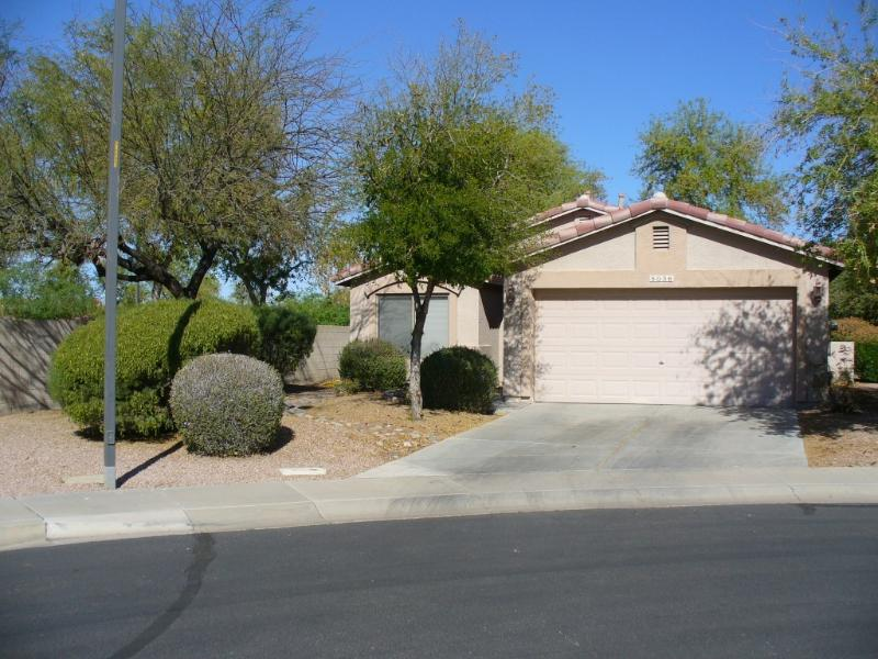 House Front with Two-car Garage - TRILOGY AT POWER RANCH RENTAL - Gilbert - rentals