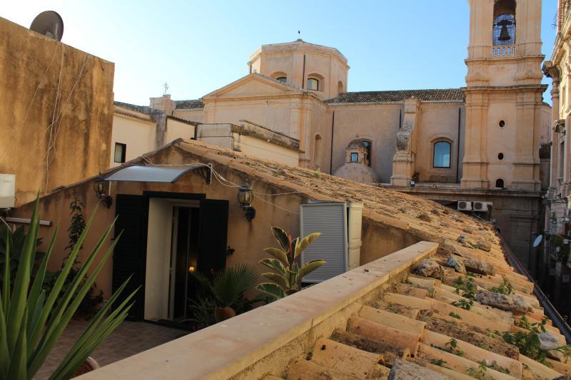 """St. Nicolò"" Studio apartment - terrace - view on St. Domenico church. - Studio apartment in the heart of Noto's Baroque - Noto - rentals"