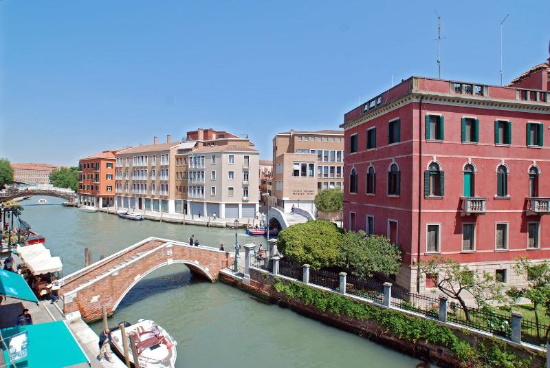 enjoy the wide open canal view from the Barozzi apartment - Barozzi - Venice - rentals