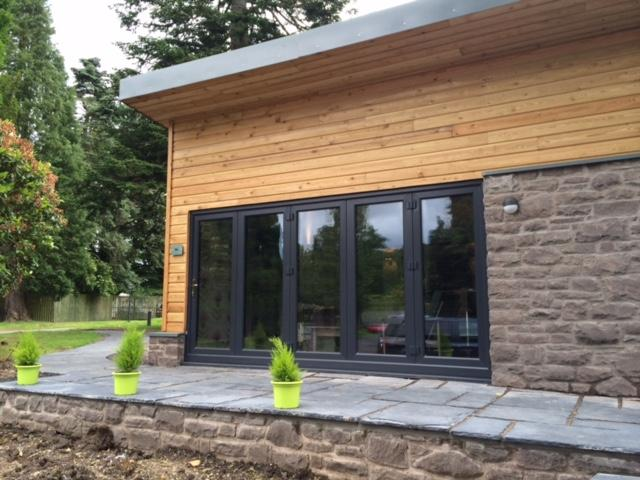 Contemporary, stylish lodge with high standard of finish in a woodland setting - The Loch Lomond Guesthouse and Lodges - Arden - rentals