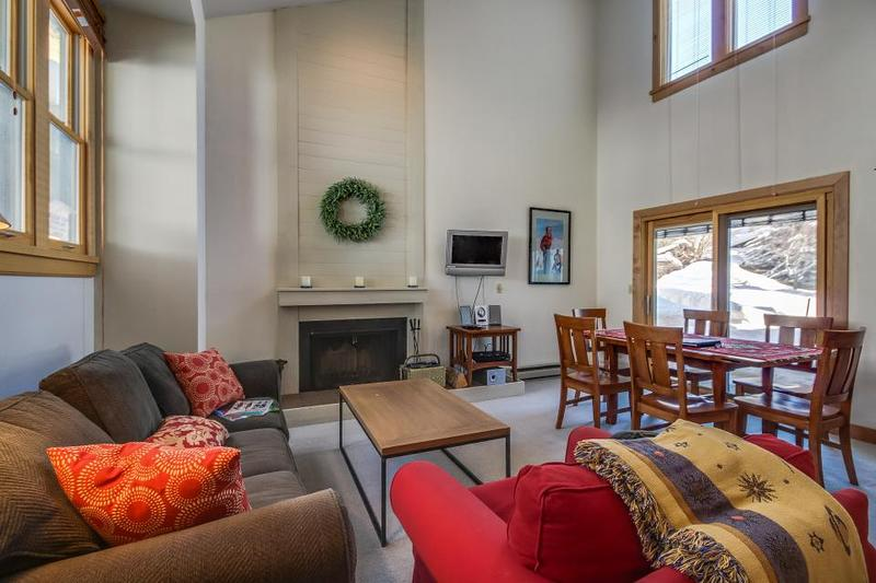 Great mountain condo w/ shared pool & sauna, just two blocks from Baldy lifts! - Image 1 - Ketchum - rentals