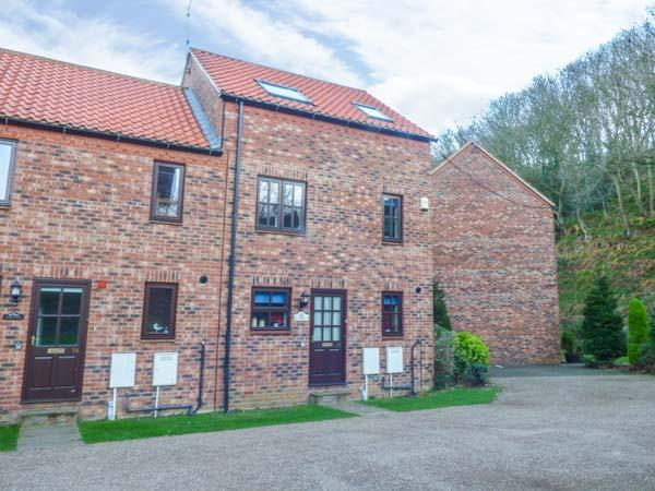 WATERS EDGE, end-terrace, close to River Esk, parking, WiFi, views in Whitby Ref 931352 - Image 1 - Whitby - rentals