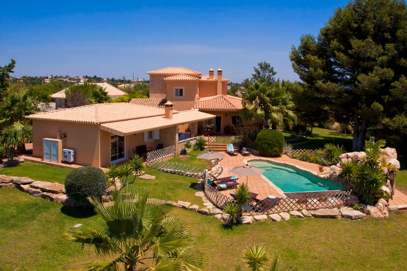 Villa Concha - Wonderful 6 bedroom villa, fenced in pool, outside bar, close to - Image 1 - Carvoeiro - rentals