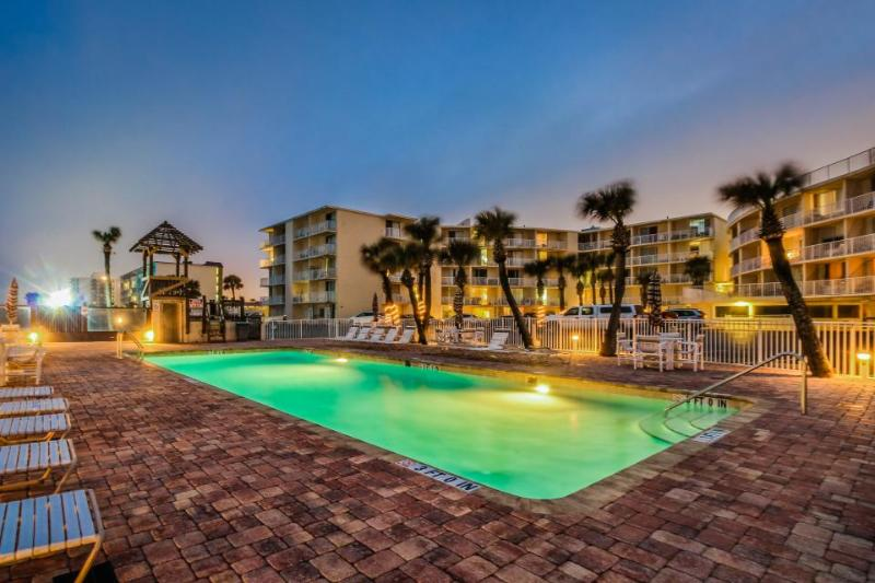 Oceanfront studio w/ ocean views, shared pool & entertainment - walk to beach! - Image 1 - Daytona Beach - rentals