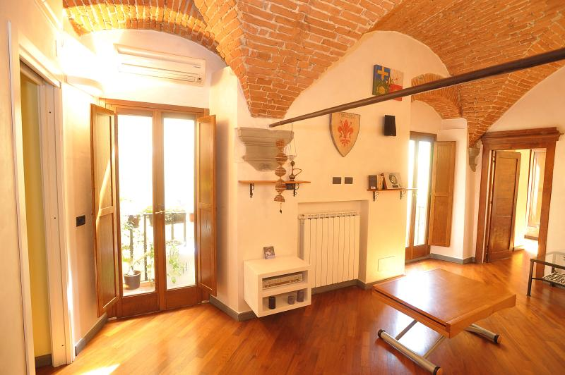 Living room and balcony - Merville House in Centre Florence with Wifi access - Florence - rentals
