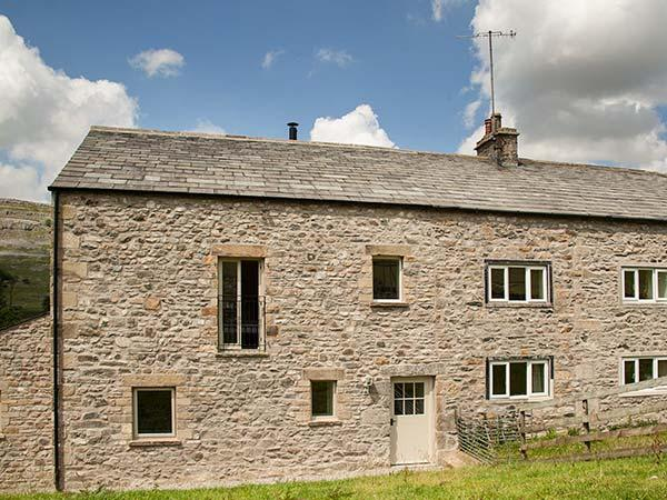 DALE HOUSE FARM COTTAGE, all bedrooms en-suite, private garden, woodburner, WiFi, near Ingleton, Ref 926180 - Image 1 - Ingleton - rentals