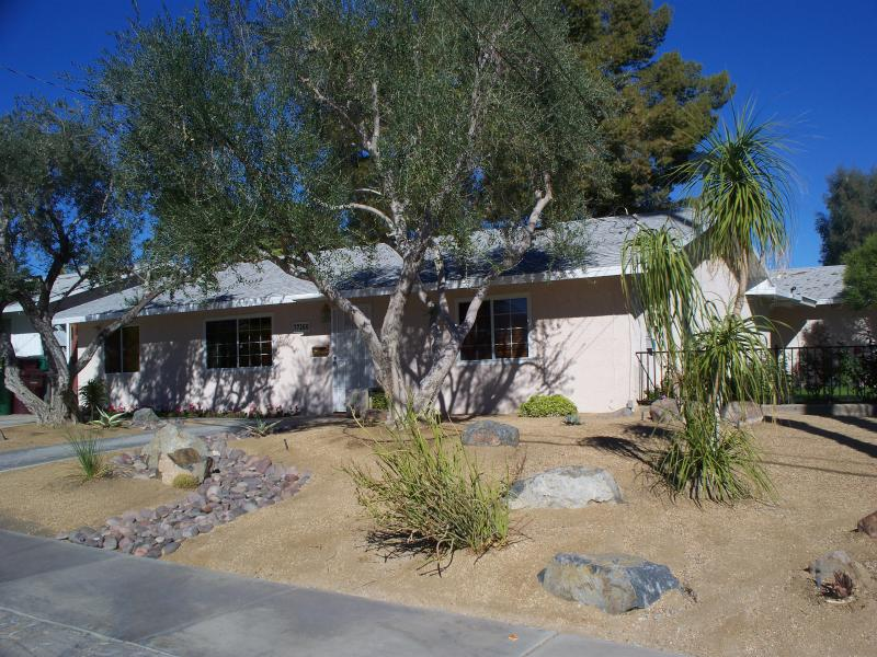 Front of house - 2 bdr 2 bth +den  home in Palm Desert Country Club - Palm Desert - rentals